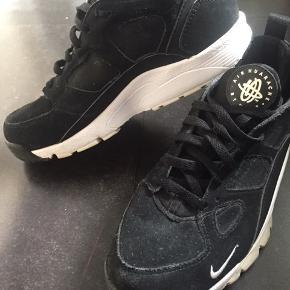 Flotte Nike air huarache i sort og hvid. Brugt ca 5-10 gange. Str 42.