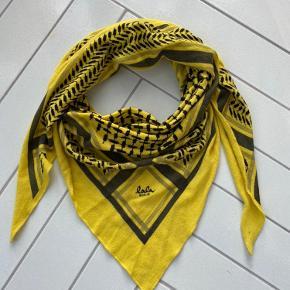 Det populære Triangle Trinity tørklæde fra Lala Berlin i en sjov farve til den mørke vinter💛 Str. M (den normale strørrelse)