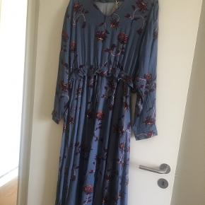 Kjole fra Moss Copenhagen str. L. Der er stadig prismærke på.  Np. 500 DKK Mp. 250 DKK