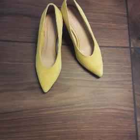 """Fede gule ruskinds heels fra Anonymous Copenhagen. Modellen hedder """"Vilja suede yellow"""". De er ikke brugt ret meget og jeg lægger lidt flere billeder i kommentaren."""