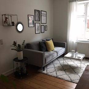 Super fin velour sofa fra ILVA i lys grå, købt i marts 2019. Sælges grundet ny investering.   L:201 x H:87 x B/D:89 OBS! Skal bæres ned fra 1. sal.