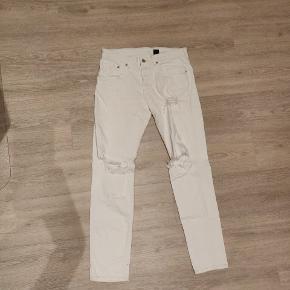 Sælger disse to par jeans til 70 kr. De er begge fra H&M og er i en god stand. De har ingen flaws eller pletter. Begge par er ripped, dog har det grønne par også sådan nogle riller og blive kaldt biker jeans