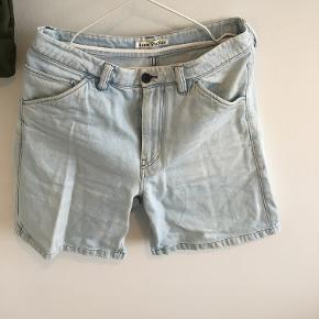Acne Studios Shorts i bred snit. Virkelig lækker kvalitet og snit. god pris, sender hurtigt. passer cirka en 30-32W #30dayssellout