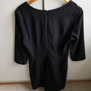 Figursyet kjole fra Vero Moda. Lynlås i ryggen. Brugt få gange.  ▪️Sender gerne/køber betaler porto ▪️Returnerer ikke ▪️Køber betaler ts gebyr ▪️Fra dyrefrit og røgfri hjem