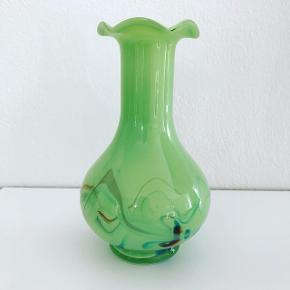 Smuk grøn glasvase med den fineste krave. Lille glasurfejl - se sidste billede. 100,- #vase #glasvase #grønvase #grøntglas #loppertilsalg #loppersælges #tilsalg #sælges #loppefund #indretmedlopper #indretmedgenbrug