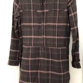 Skjortekjole i klassisk tern. Bruges som enkeltstående kjole eller over jeans. Købt i OZ på Østrebro.