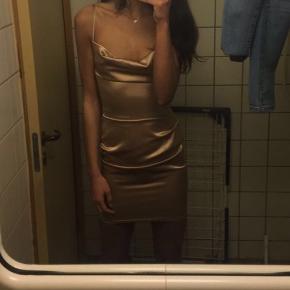 Satin kjole str 34 brugt 2 gange