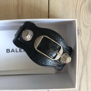 Ægte balenciaga armbånd i sort med sølv nitter.  Der medfølger dustbag, kvittering og æske.