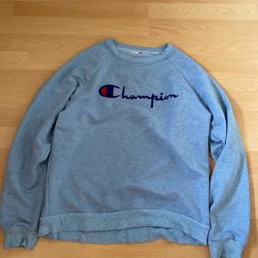Fin sweater fra champion, jeg har bare ikke fået en brugt😊 prismærket er klippet af. Der er en lille plet som ses på billedet, men ellers er den meget fin