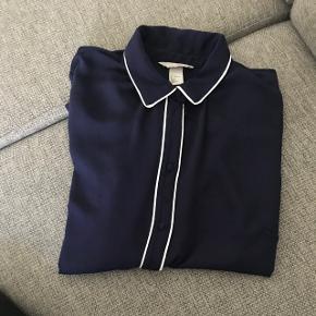 Skjorte fra H&M i lækkert materiale. Den er næsten ikke brugt så byd. Sender gerne for købers regning. :-)