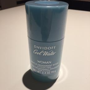 Davidoff Cool Water Deodorant Stick til kvinder har en let og frisk duft. Den er god til kvinder i alle aldre. Duftnoter Cool Water indeholder en komplet og forfriskende blanding af ananas, solbær og honningdug. Mp: 50kr   Sender gerne, ellers afhentning i Herning eller mødes i Århus. 🙃🦋
