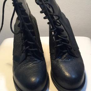 Superflotte og anderledes sko - helt igennem i skind - med mange fine detaljer. De er ikke brugt specielt meget.  Den indvendige længde er 24 cm, hælen er 13 cm høj, plateau er 3 cm  Bud fra kr 1200 plus porto  Kan afhentes København, Østerbro  Bytter ikke