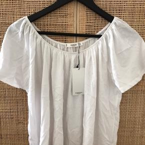 Hvid Mango crop top. Aldrig brugt.  Der er elastik i kanten, så den kan bruges både som almindelig bluse, eller hives ned over skuldrene.   Str. S