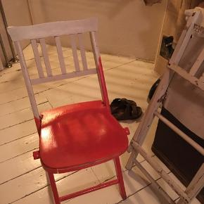 to vintage klapstole i malet træ. Stolene trænger til ny maling og lidt olie i 'leddene' så vil de fungere perfekt igen. Samlet pris 150kr Kan hentes Kbh V
