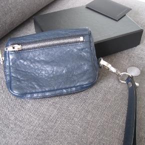 Super fin clutches fra AW i en flot blå farve.  16x12 cm