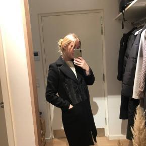 Zara frakke med mørk/ brun faux fur - fejler intet og kun brugt 1/2 sæson