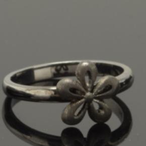 Aagaard Krantz og Ziegler, fin ring med blomst i oxyderet sølv.  Str.52/16,5  Ny og uden brugsspor.