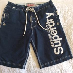 Shorts/badeshorts fra Superdry Længde til knæet