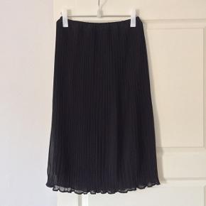 Smuk plisseret nederdel fra fransk vintagebutik. Med underskørt med slidser.   Tjek også mine andre annoncer ☀️ Jeg har bl.a. tøj fra Max Mara, Isabel Marant, Comme des Garcons, COS og Mango.