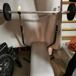 Træningsbænk med vægtstang 2 x 5 kg skiver 2 x 10 kg skiver Afhentes i København V