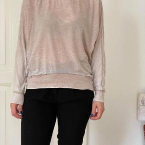 """Trøjen er designet med et """"slidt look"""". Er dejlig blød. Brugt ca 4-5 gange. 50% bomuld og 50% polyester."""
