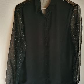 """Super flot bluse/skjorte fra Zara. Ærmerne og ryggen er gennemsigtigt mesh med guldprikker på (""""dråber""""). Knapper hele vejen foran blusen og skjortekrave."""