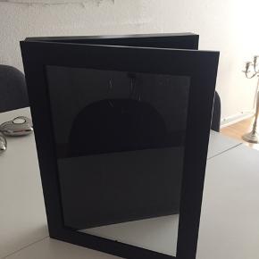 Skab til evt billeder eller lign Kan hænge  30x40 cm