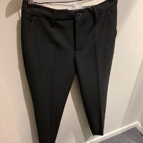 Jeg sælger mine closet habbitbukser, da jeg ikke får dem brugt . De er en str 29, og er der LYN model. De er brugt og vasket 1 enkelt gang.  De har en lille slids i siden på benet, som vist på det sidste billede. Nyprisen er 1.500,-