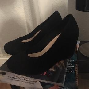 """#30dayssellout Så lækre, klassiske sorte Vagabond kilehæl sandaler/sko i ruskind i str 40, super behagelig højde og model. 😊  Kun prøvet på indenfor et par gange, så standen er fuldkommen som ny, hvilket også kan ses på billederne og derfor sat som """"aldrig brugt"""". Nyprisen lå på en 1.000-1.100 kr. ca.   Hvis de skal sendes, betaler køber fragt.  Mvh Betina Thy"""
