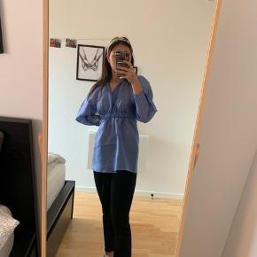 Fin skjorte i en metal farvet blå, som kan gå til lidt af det hele. Den har aldrig været brugt og prismærket sidder stadig i.   Skriv hvis der er behov for flere billeder eller spørgsmål 🤩