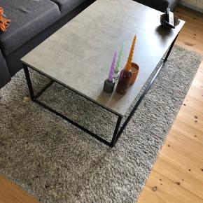 Sælger det sofabord da jeg ønsket et mindre. Bordet er i fin stand og er næsten som nyt!  Købt i JYSK for 699kr  Sælges for 450kr  Kan hentes i Helsingør