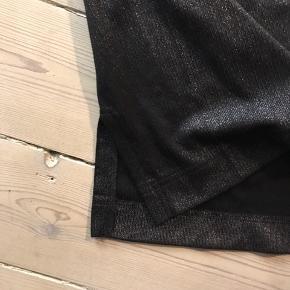 Tætsiddende og kort nederdel.  Vær klar til at feste, når karantæne tiderne er ovre 💃🏽💃🏽