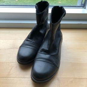 Sorte skind-støvler fra Sixmix str. 37. Brugt enkelte gange, købt for små.
