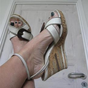 Varetype: Eksklusive Sandaler Farve: Hvid Oprindelig købspris: 4500 kr.  Eksklusive D&G sandaler med sej weged hæl, sidder godt på foden, nemme at få i. Brugte men stadig fine.  Bud fra 200pp + TS gebyr handler gerne mobilpay sender med DAO