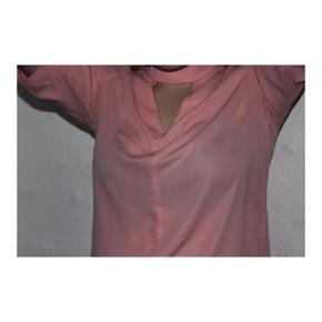 Lyserød skjorte med åbning foran og bagved fra gina tricot i størrelse 36.