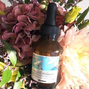"""Davines """"Natural Tech Well-Being Massage Oil"""" 100 ml. 💆🏼♀️ Nypris: 360 kr.   LIDT OM PRODUKTET: Denne olie gør hovedbunden ekstra smidig og forbereder hår og hovedbund, så det bliver ekstra modtagelig overfor behandlinger.   ANVENDELSE: Påfør den nødvendige mængde af olien direkte i hovedbunden med den medfølgende pipette. Olien skal påføres inden hårvask. Massér olien ind i hovedbunden i 5 minutters tid og skyl grundigt olien ud af håret.   Byd gerne kan enten afhentes i Århus C eller sendes på købers regning 📮✉️"""