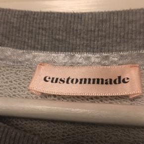 Dejlig sweatshirt, grå med sølvtryk.