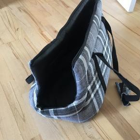 Kw ternet bæretaske til hunde.  Længe 45cm, bredde 25 cm og højde 30 cm. Str. L, kan bærer op til 10 kg.  Np: 450 kr. Fejler intet. Kun brugt få gange.