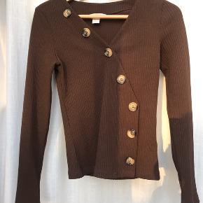 - Flot brun trøje med knapper fra H&M - Str. 32 (passes også af 34 da stoffet er stretch) - Brugt få gange