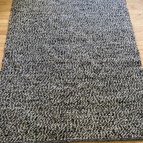 Håndlavet Gulvtæppe fra Ikea   ( kan ikke fåes længere)  I pæn stand .  Længde: 196 Brede: 140  Skal afhentes eller kan køres i kbh område