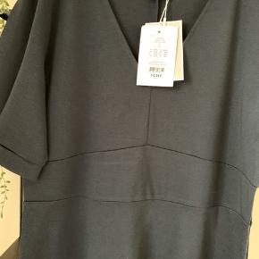 Sød kjole med effekt i talje og ærme  Længde ialt 99 cm Nypris kr 349,95