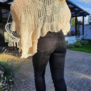 Sød strikket cardigan der er kortere bag på og længere foran