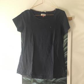 T-shirt fra Tommy Hilfiger i mørkeblå - (er mere navy i virkeligheden end på billedet)