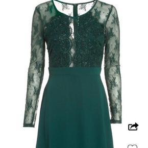 Flot kjole fra Nelly, ved navn: Lace Pleated Dress, i farven mørkegrøn💚 Brugt én gang i forbindelse med gala på mit gymnasium😁 Kjolen er lige pt. udsolgt på hjemmesiden, og jeg får den ikke brugt igen, derfor sælges den nu🌼 Kom gerne med et bud, så finder vi ud af det☀️
