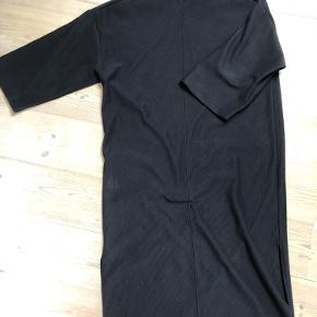Flot kjole i kraftig stof, med flot hals og slidser i siderne.