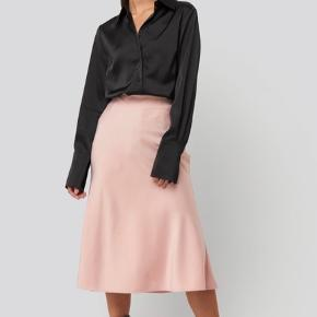 Super fin satin nederdel fra NA-KD, som aldrig er blevet brugt. Normal i størrelsen. Byd!