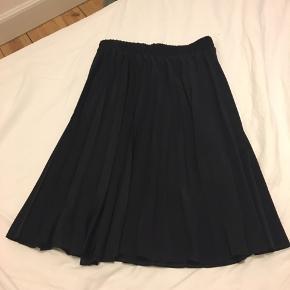 Plisseret sort nederdel i str 40 (uk 14)