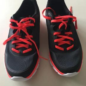 Varetype: Træningssko Størrelse: 37.5 Farve: Sort Oprindelig købspris: 750 kr.  Fine træningssko fra Reebok sko. De er bløde og lækre at have på, men lige lidt for små til mig. Så jeg får dem ikke brugt.