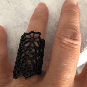 Ny sort ring som kan reguleres en smugle  Farven er helt sort  Ny