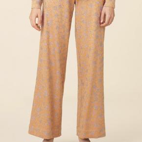 Magic Pants - Stardot Yellow fra SS19  Super fede bukser med let bredde ben og elastik i talje ... Flot gul farve med glimmer effekt ✔️   Har også blusen til salg i samme serie ✔️  Brugt få gange og fuldstændig som nye ... Nypris 1000,-